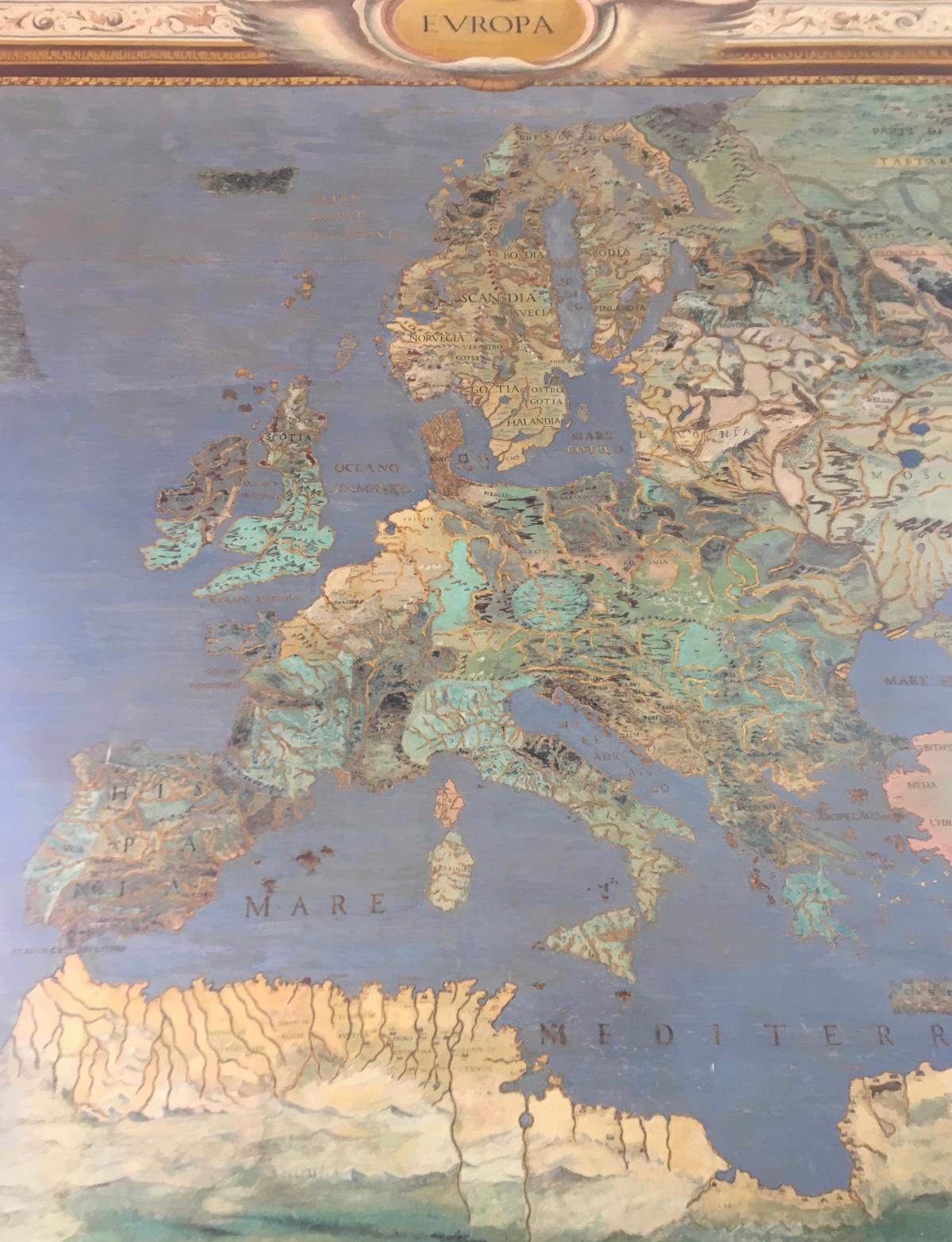L'équilibre périlleux du fossoyeur, entre critique du national-libéralisme et exaltation d'un libéral-européisme, Emmanuel Macron parle d'Europe à la TV italienne par BénédicteMonville